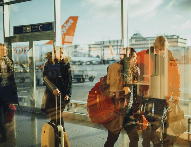 Przedświąteczne podróże. O czym pamiętać, lecąc pierwszy raz samolotem?